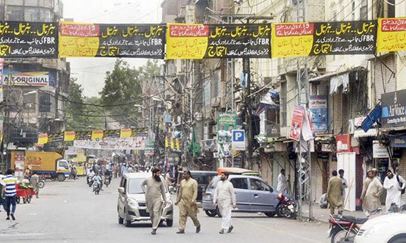 لاہور میں تاجروں نے احتجاجی بینر بھی آویزاں کیے—تصویر بشکریہ ٹوئٹر