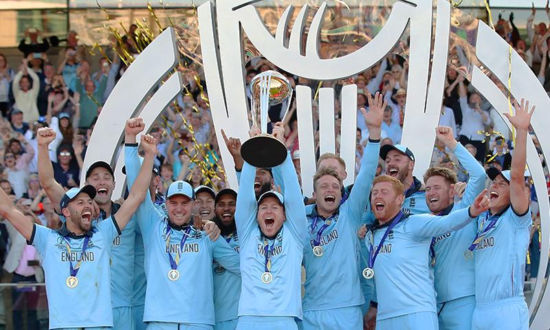 ورلڈ چیمپیئن انگلینڈ کی ٹیم ٹرافی کے ہمراہ چیمپیئن بننے کا جشن منا رہی ہے— فوٹو: اے ایف پی