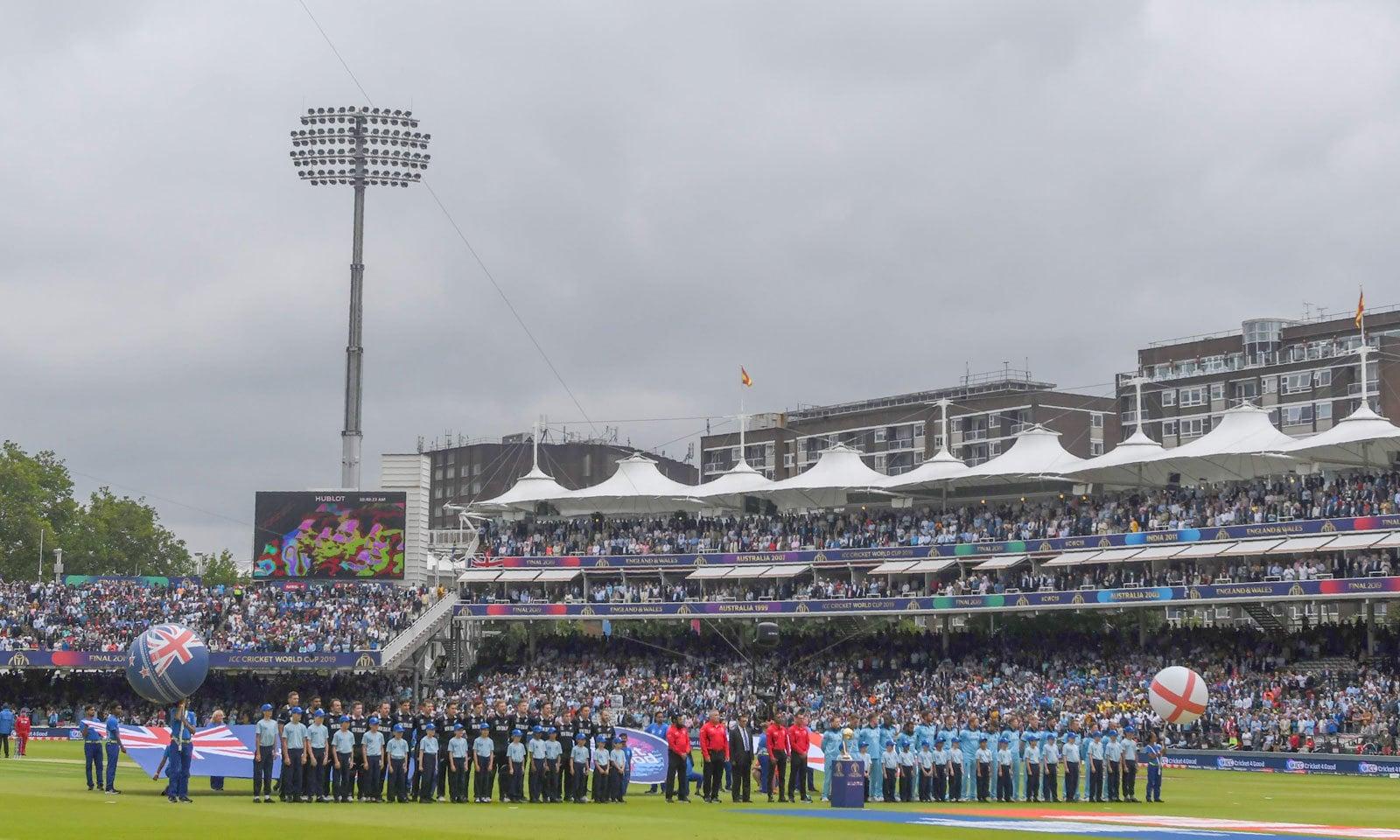 میچ سے قبل دونوں ٹیموں کا قومی ترانہ بجایا گیا— فوٹو: اے ایف پی