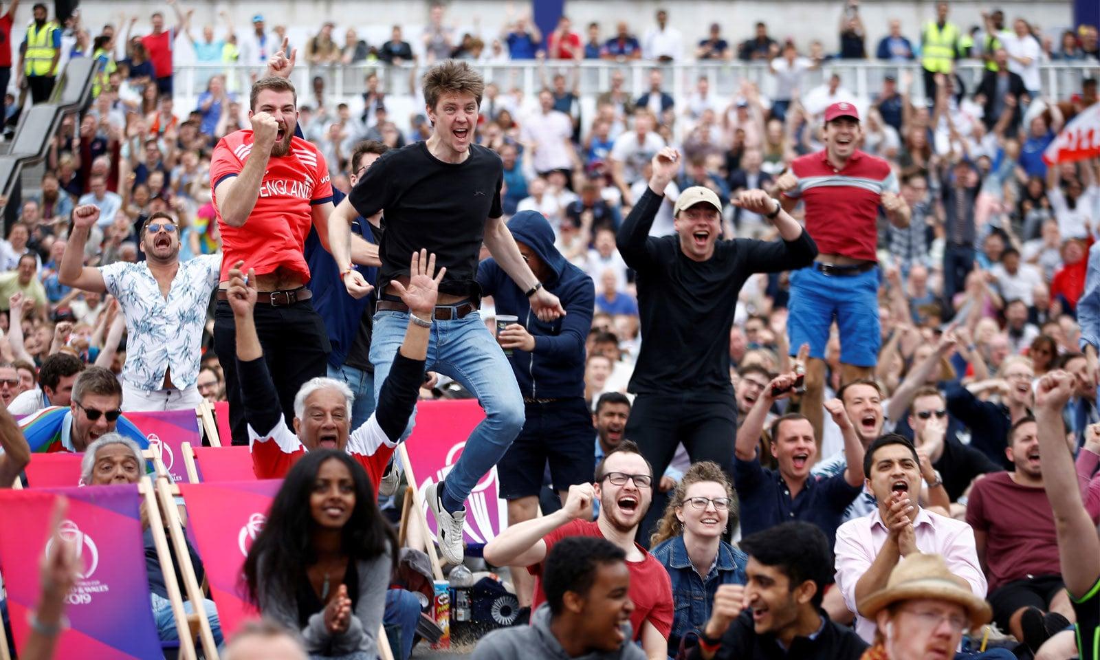 لندن میں ٹرافیگولر اسکوائر پر شائقین کرکٹ میچ سے لطف اندوز ہوئے اور انگلینڈ کو بھرپور سپورٹ کیا— فوٹو: رائٹرز