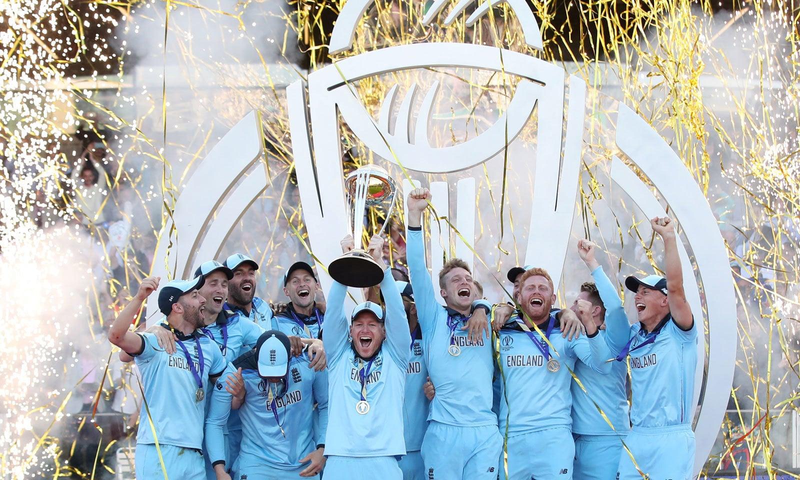 عالمی چیمپیئن انگلش ٹیم ورلڈ کپ ٹرافی کے ہمراہ— فوٹو: رائٹرز