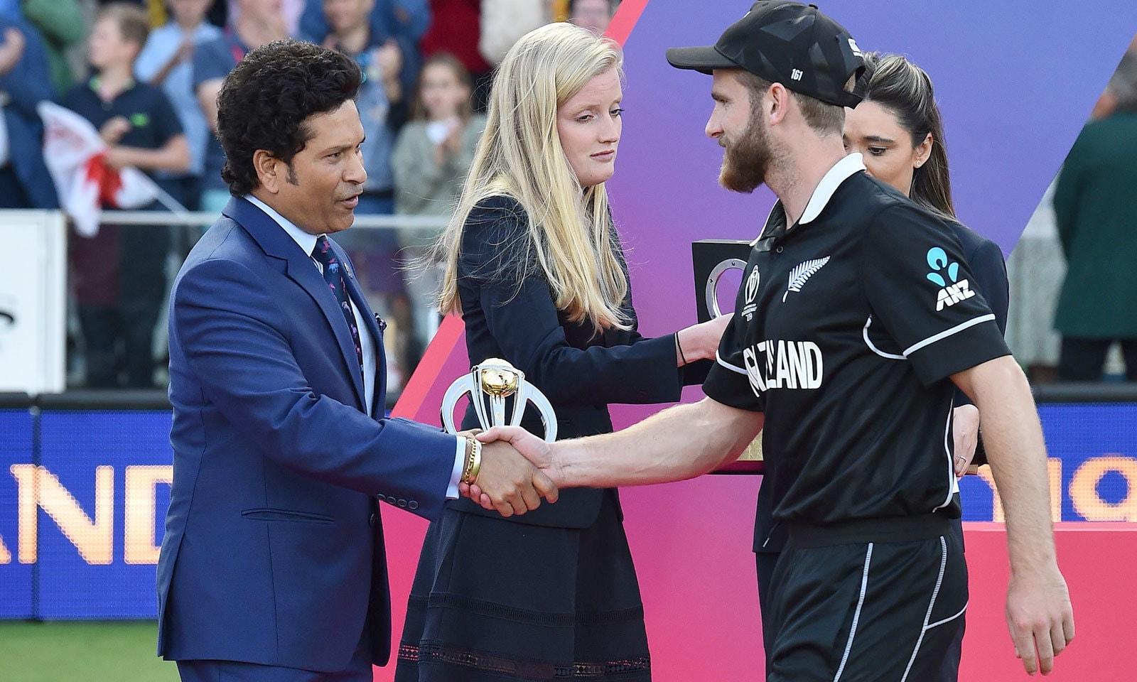 سابق عظیم بھارتی بلے باز سچن ٹنڈولکر نیوزی لینڈ کے کپتان کین ولیمسن کو ٹورنامنٹ کے بہترین کھلاڑی کا ایوارڈ دے رہے ہیں— فوٹو: رائٹرز