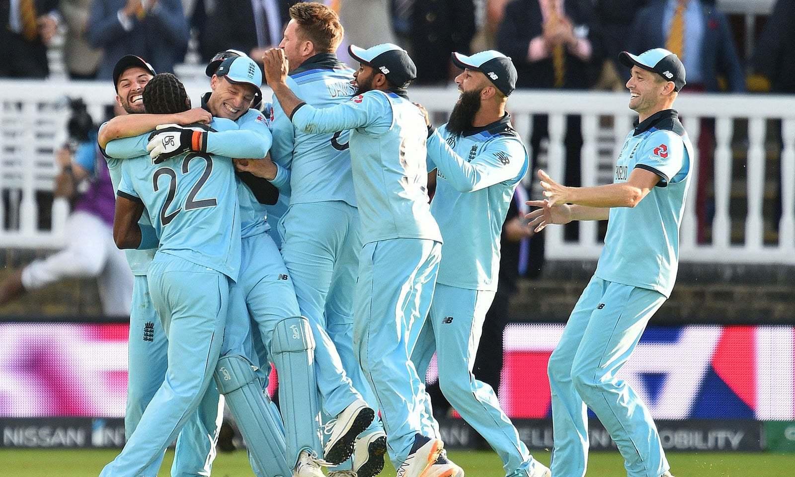 میچ میں کامیابی کے بعد انگلش ٹیم کے کھلاڑی اپنی فتح کا جشن منا رہے ہیں— فوٹو: اے ایف پی