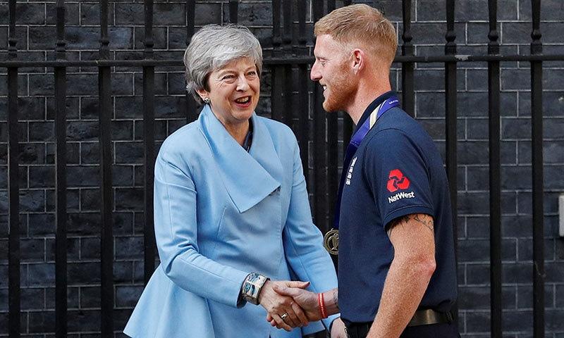 آل راؤنڈر بین اسٹوکس انگلینڈ کی وزیر اعظم تھریسامے سے ملاقات کر رہے ہیں— فوٹو: اے رائٹرز