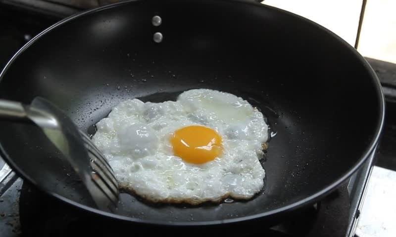اکثر افراد کو ناشتے میں انڈے کھانا پسند ہوتا ہے — شٹر اسٹاک فوٹو