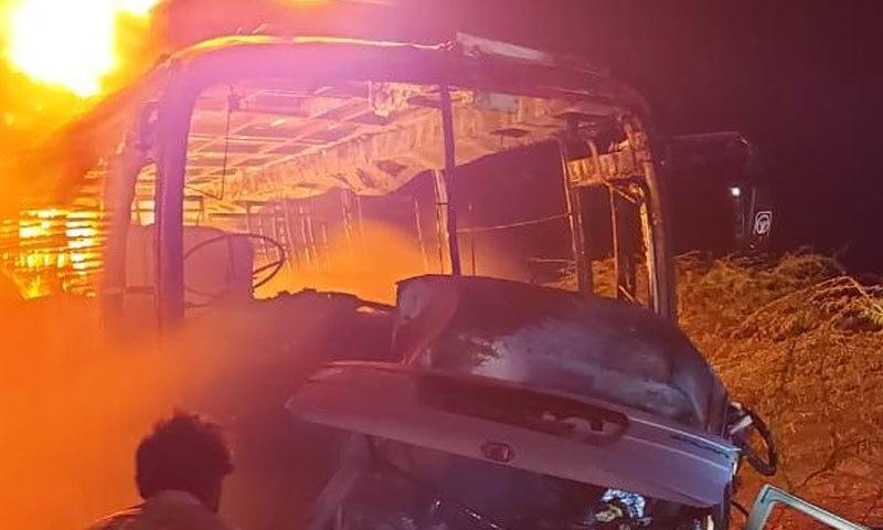 مسافر کوچ اور ہائی روف میں تصادم کے بعد گاڑیوں میں آگ لگ گئی—فوٹو:اسمٰعیل ساسولی