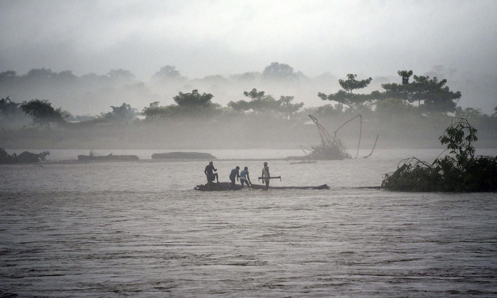 بھارتی ریاست آسام کے ضلع بکسہ میں بارش کے بعد آنے والے سیلاب کا ایک منظر— فوٹو: اے ایف پی
