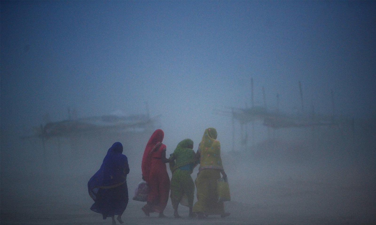 بھارت کے شہر الہ آباد میں مٹی کا طوفان آنے کے بعد دن میں ہر سو اندھیرا چھا گیا— فوٹو: اے ایف پی