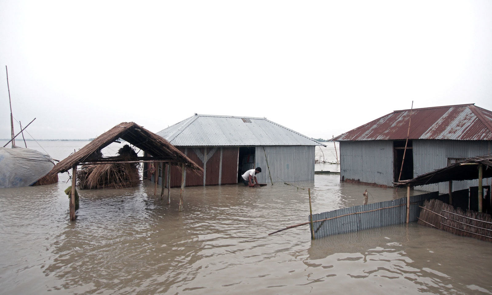 بنگلہ دیش کے رنگ پور ڈویژن میں واقع ضلع کری گرام میں بارشوں کے بعد پورا علاقہ زیر آب آ گیا— فوٹو: رائٹرز