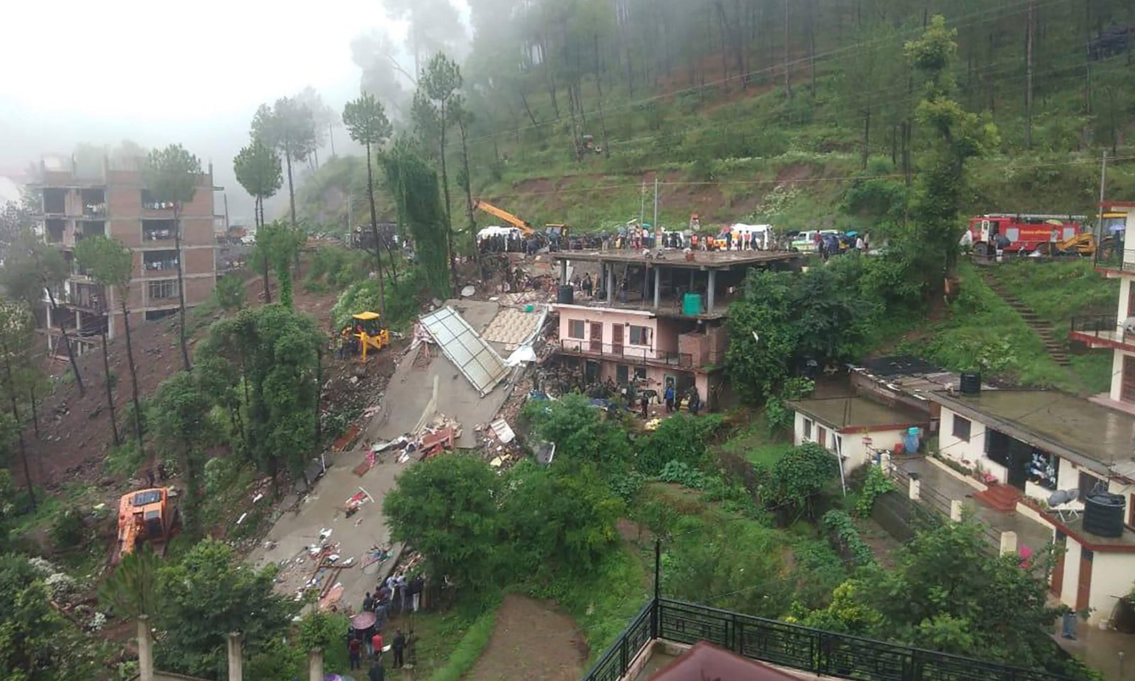 بھارتی ریاست ہماچل پردیش میں شدید بارشوں کے نتیجے میں کثیر المنزلہ عمارت گر گئی جس سے 8 افراد ہلاک ہو گئے— فوٹو: اے ایف پی