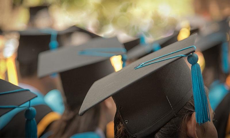جامعات کو ایسوسی ایٹ ڈگری پروگرامز شروع کرنے کی ہدایت کردی گئی — تصویر شٹر اسٹاک