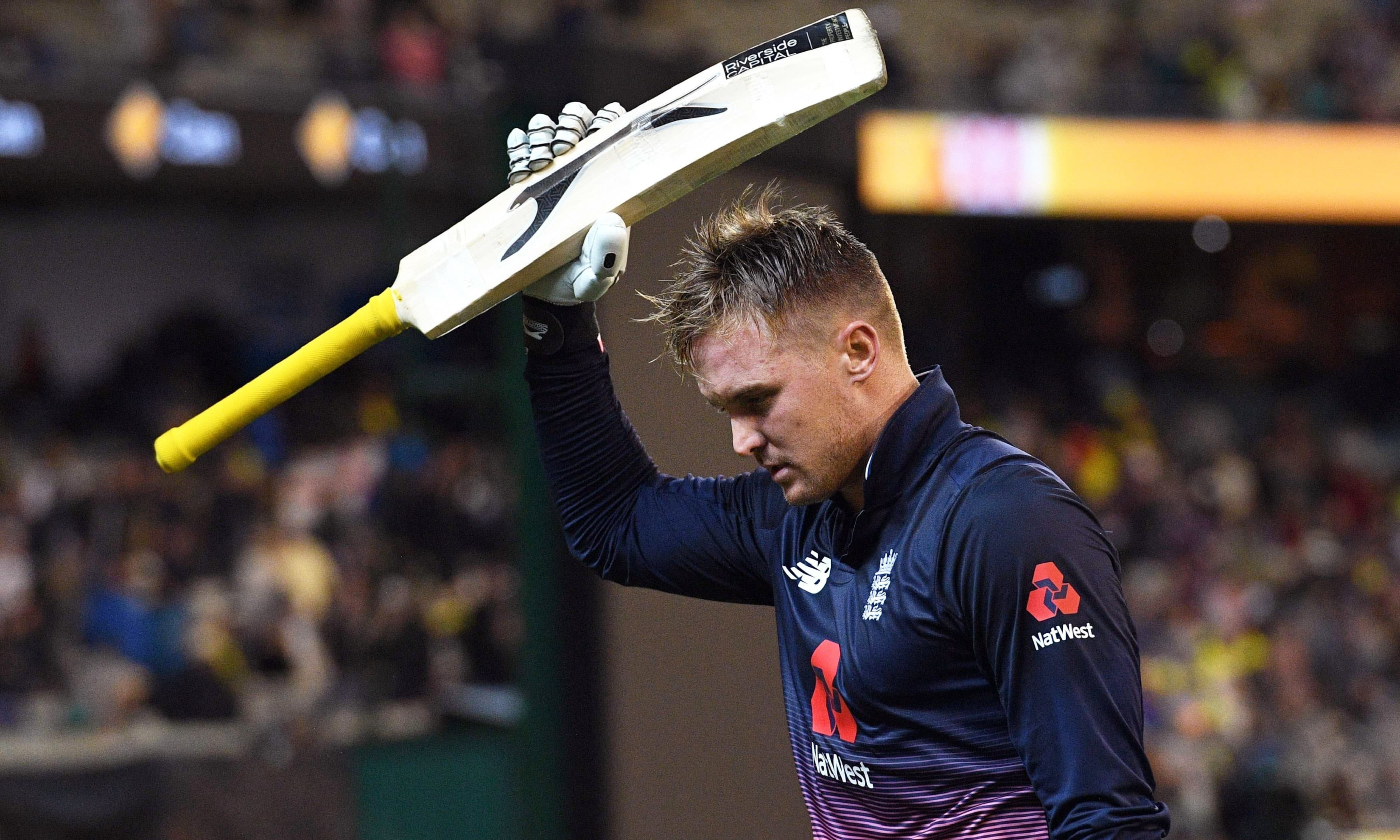 England batsman Jason Roy acknowledges the applause after being dismissed by Australia's for 180 during their one-day international cricket match played at the MCG in Melbourne on January 14, 2018. / AFP PHOTO / WILLIAM WEST / -- IMAGE RESTRICTED TO EDITORIAL USE - STRICTLY NO COMMERCIAL USE -- — AFP or licensors