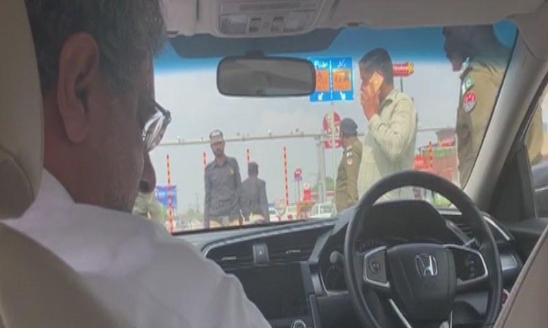 سابق وزیراعظم گرفتاری کے وقت اپنی گاڑی میں موجود تھے—تصویر: ڈان نیوز ٹی وی