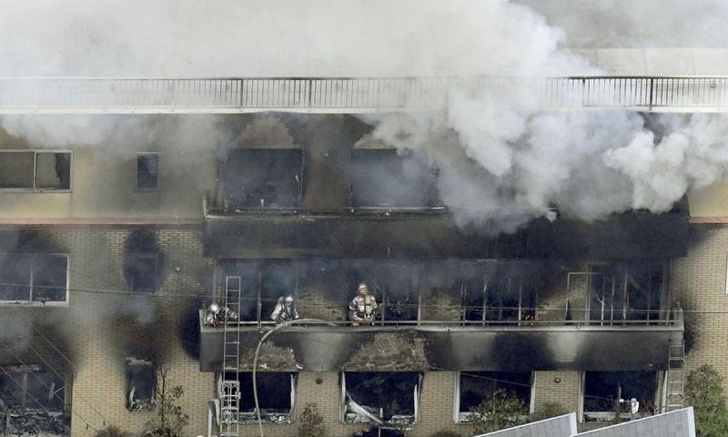 آگ کے باعث 30 افراد زخمی ہوئے جن میں 10 کی حالت نازک ہے—فوٹو: اے پی