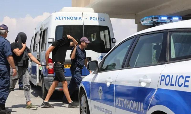 کینگ ریپ کے الزام میں گرفتار اسرائیلی نوجوان کو عدالت میں پیش کیا جارہا ہے — فوٹو: دی گارجین
