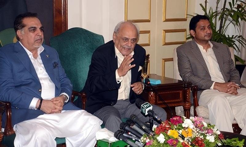 وفاقی وزیر داخلہ بریگیڈیئر (ر) اعجاز شاہ گورنر ہاؤس سندھ میں صحافیوں سے گفتگو کر رہے ہیں — فوٹو/اے پی پی
