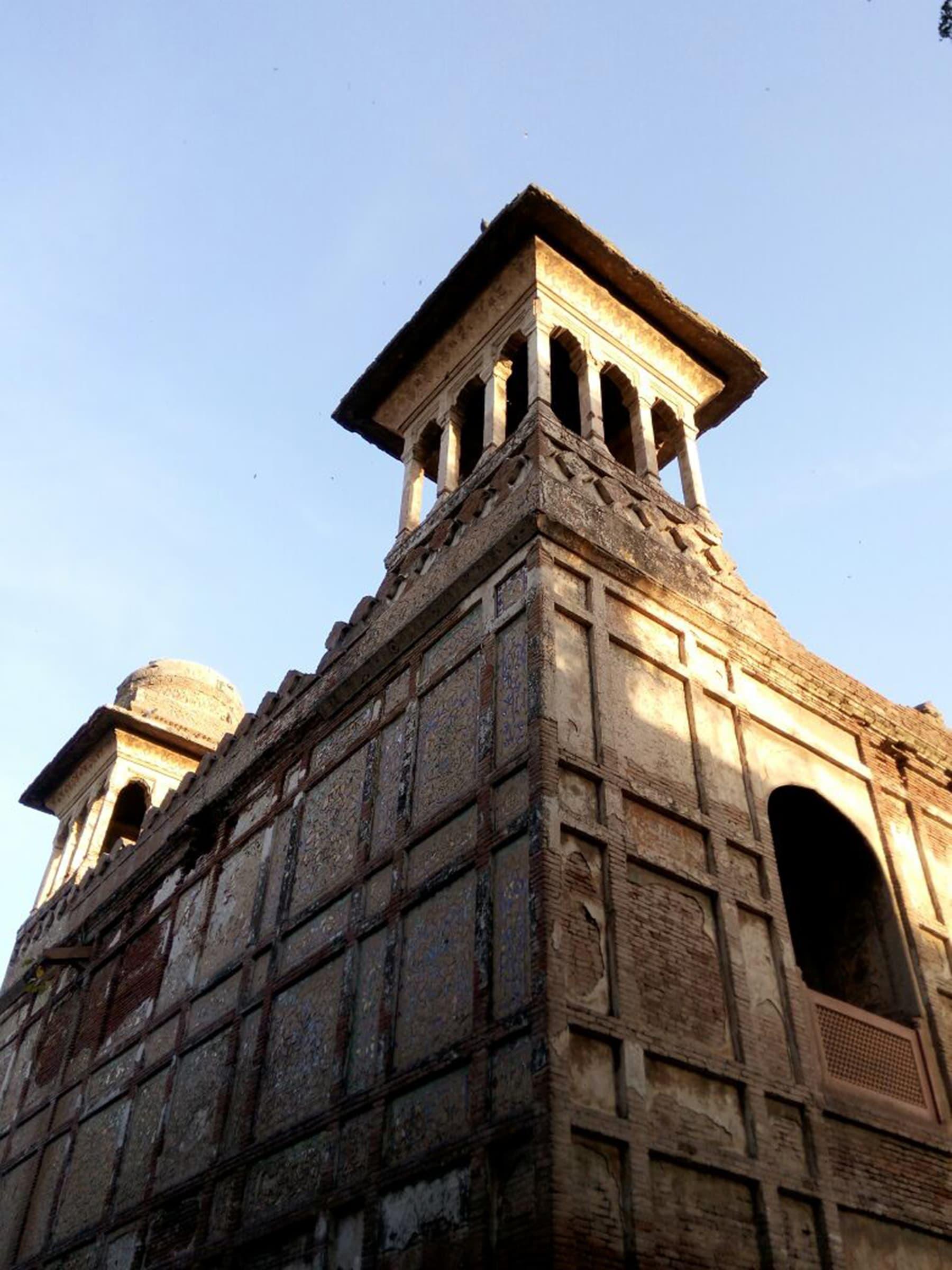 مختلف تحقیقی حوالوں سے یہ بات ثابت ہوتی ہے کہ زیب النسا کی قبر لاہور میں نہیں سلیم گڑھ دہلی میں تھی