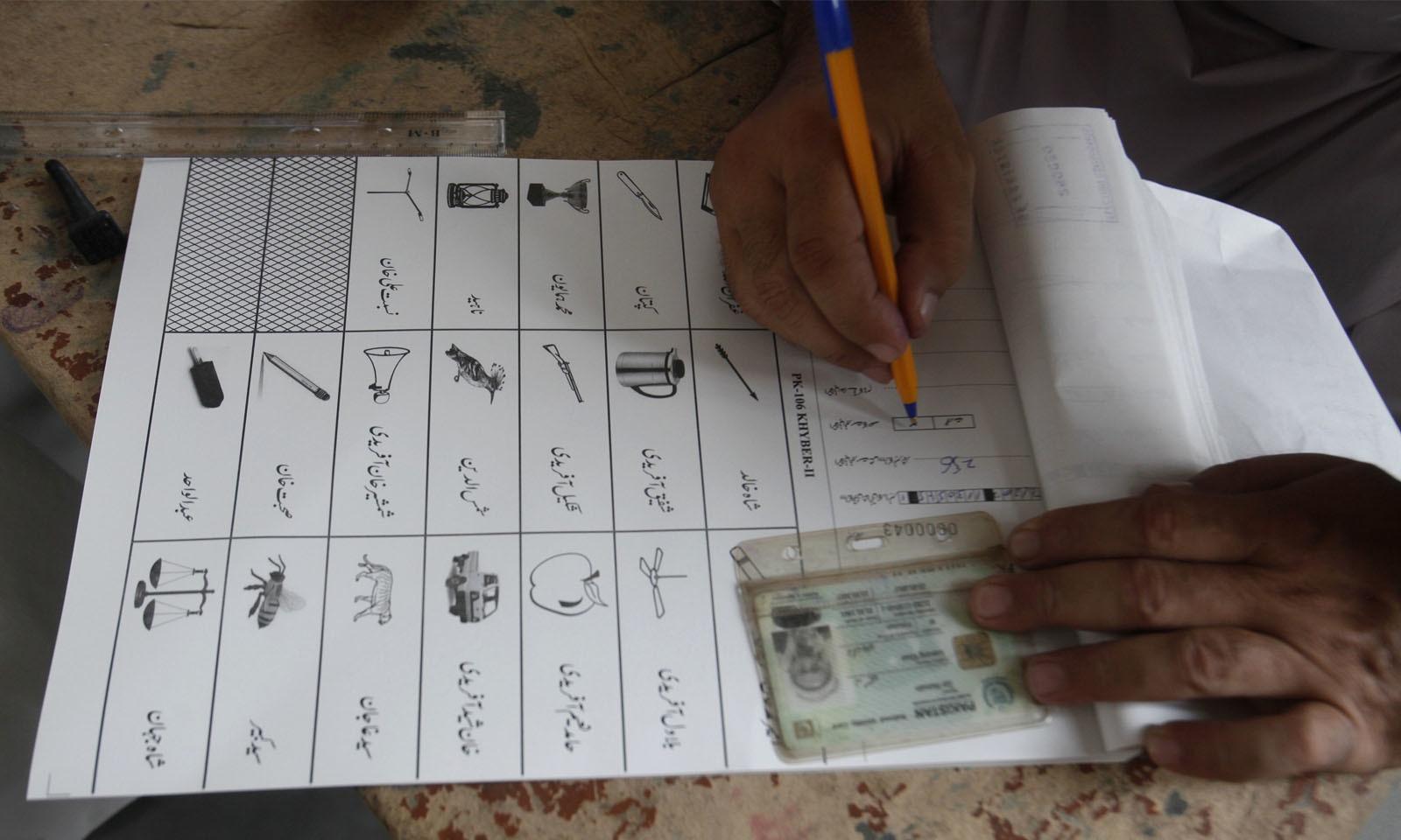 پہلی مرتبہ صوبائی اسمبلی کی نشستوں پر ووٹ دینے کے لیے ووٹرز کا ٹرن آؤٹ بھی زیادہ دیکھا گیا—فوٹو: اے پی