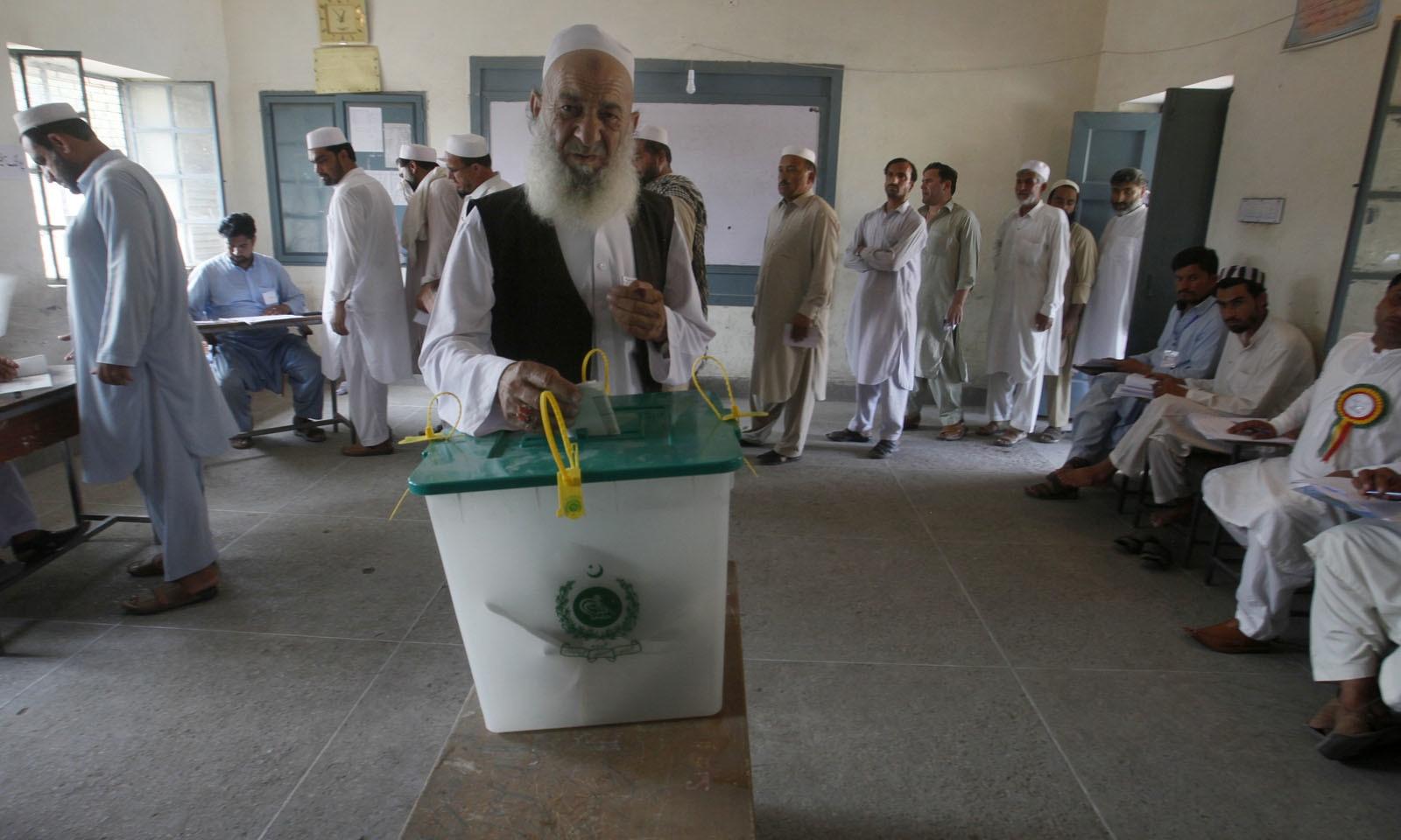 16 عام نشستوں پر مجموعی طور پر 2 سو 85 امیدواروں نے انتخابی عمل میں حصہ لیا—فوٹو: اے پی