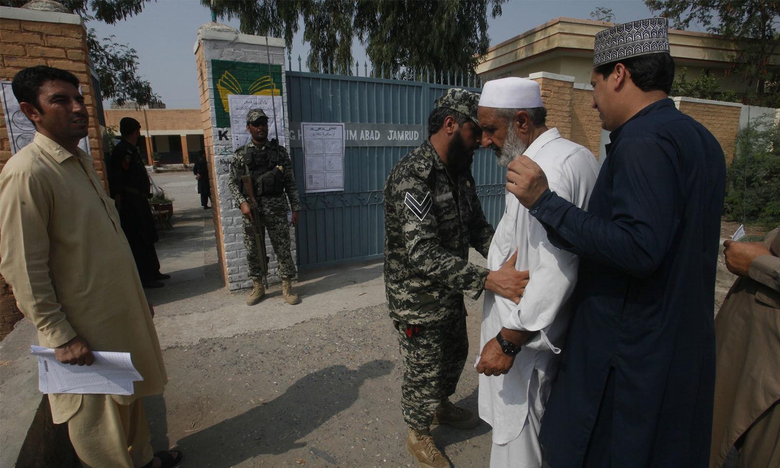 انتخابات کے دوران سیکیورٹی کے بھی انتہائی سخت انتظامات کیے گئے—فوٹو: اے پی