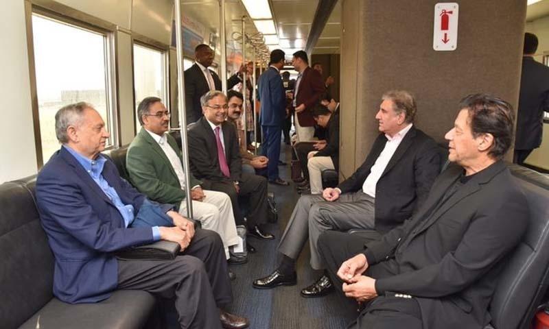 وزیر اعظم عمران خان نے امریکا میں میٹرو ٹرین پر سفر کیا — فوٹو بشکریہ پی ٹی آئی ٹوئٹر اکاؤنٹ