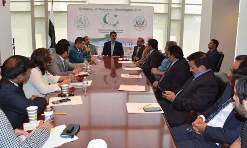 ڈی جی آئی ایس پی آر آصف غفور واشنگٹن میں پاکستانی سفارتخانے میں میڈیا سے گفتگو کر رہے ہیں — فوٹو: ریڈیو پاکستان