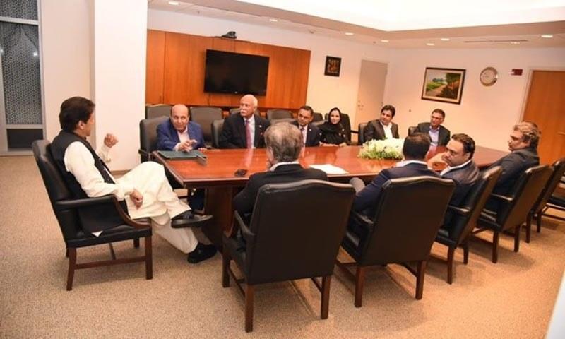 واشنگٹن میں پاکستانی سفارتخانے میں وزیراعظم عمران خان سے ٹیکساس میں مقیم پاکستانی تاجروں نے ملاقات کی۔ — فوٹو بشکریہ پی آئی ڈی ٹوئٹر