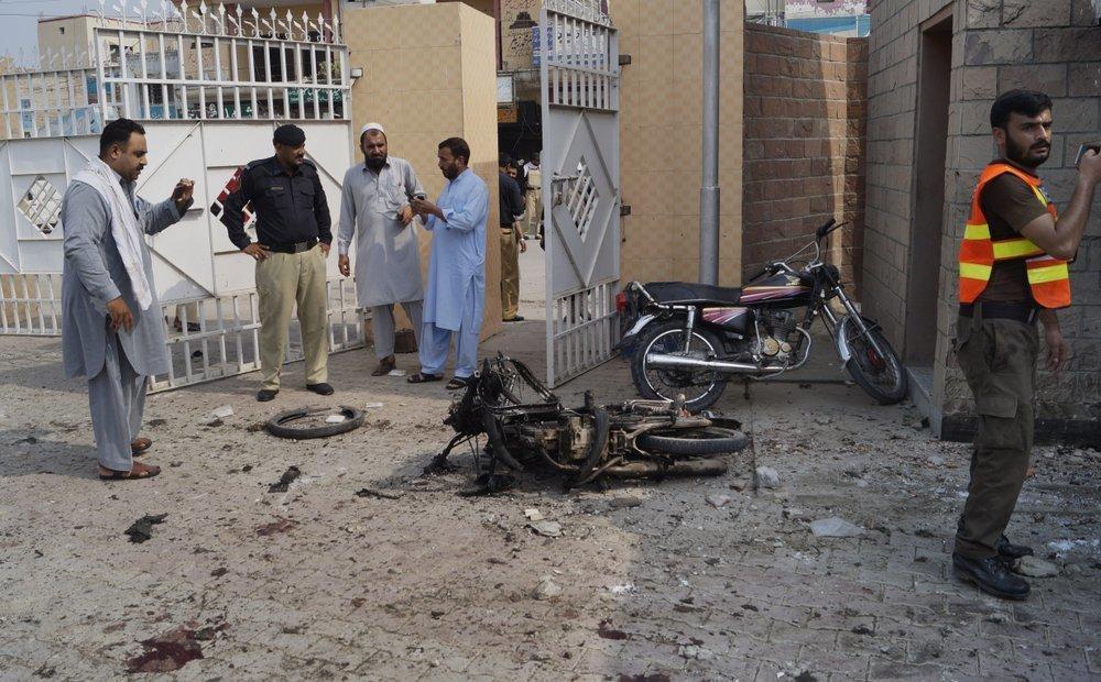 سیکیورٹی اہلکار ہسپتال پر خود کش دھماکے بعد جائے وقوع کا معائنہ کررہے ہیں۔ فوٹو: اے پی