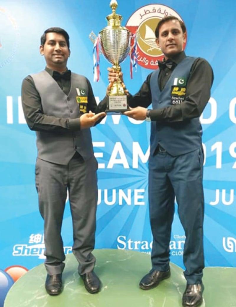 دوحہ میں آئی بی ایس ایف ورلڈ ٹیم کپ جیتنے کے بعد اسجد اقبال (بائیں) اور محمد بلال۔