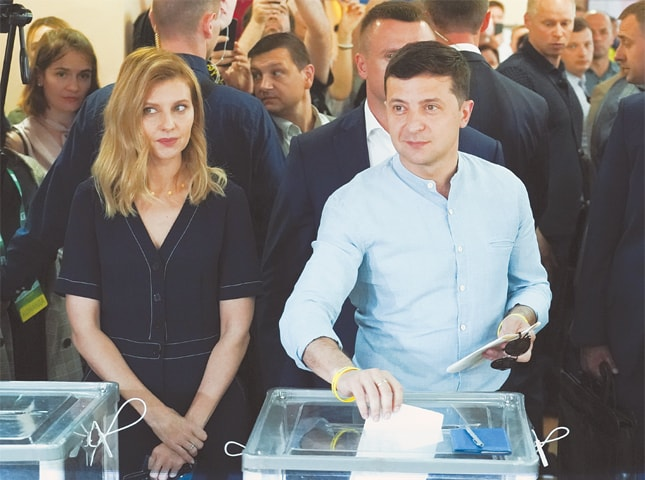 Kiev: Ukrainian President Volodymyr Zelenskiy (right) and his wife Olena Zelenska cast their ballots at a polling station during a parliamentary election on Sunday.—AP