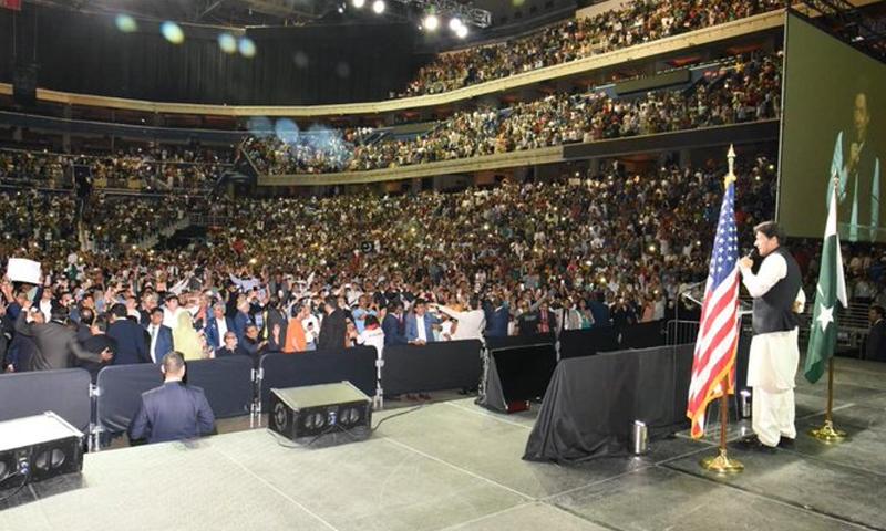 وزیراعظم عمران خان نے واشنگٹن کے کیپیٹل ون ایرینا میں ہزاروں کی تعداد میں موجود پاکستانیوں سے خطاب کیا۔ — فوٹو: پی ٹی آئی ٹوئٹر