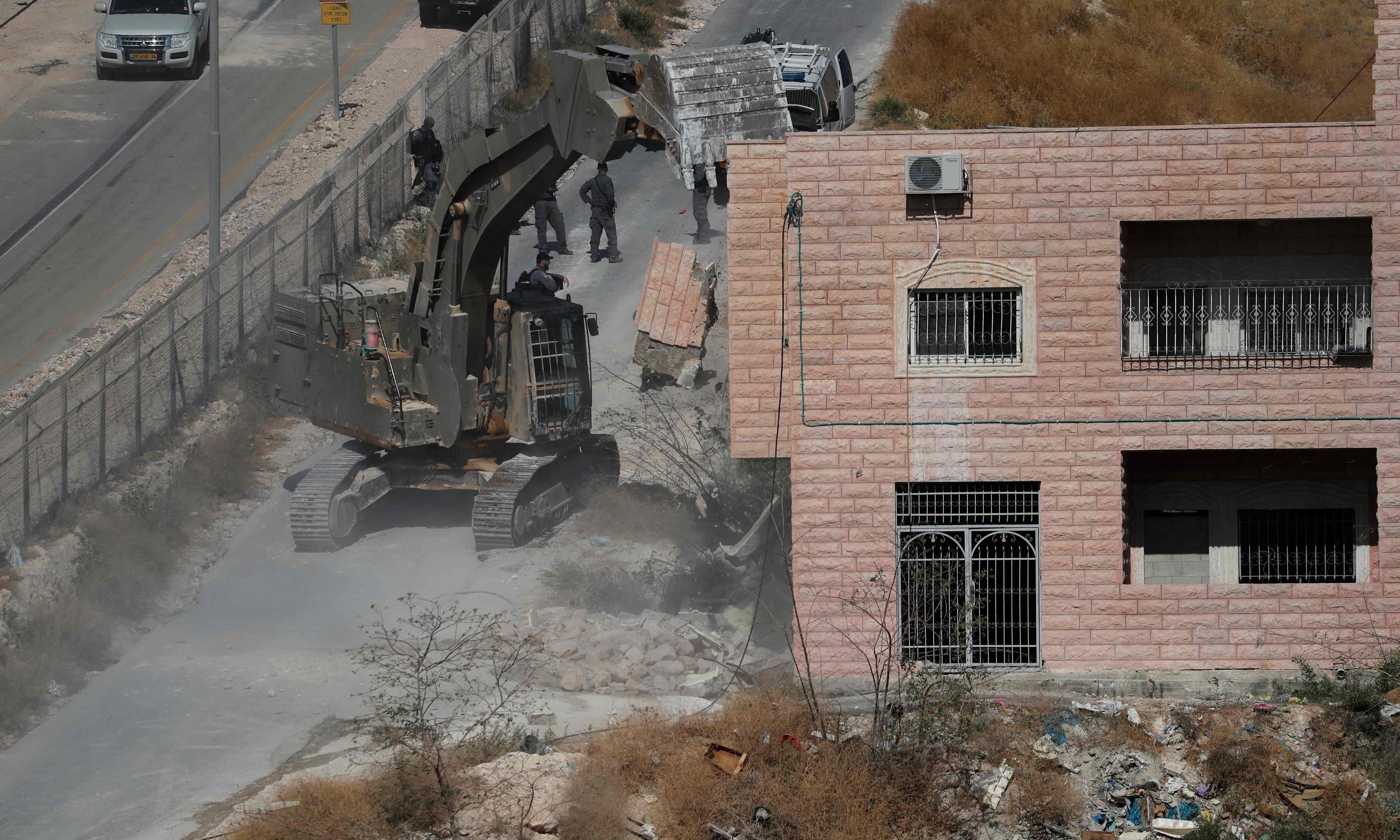 اسرائیلی سیکیورٹی فورسز عمارتوں کو مسمار کر رہی ہیں — فوٹو: اے ایف پی