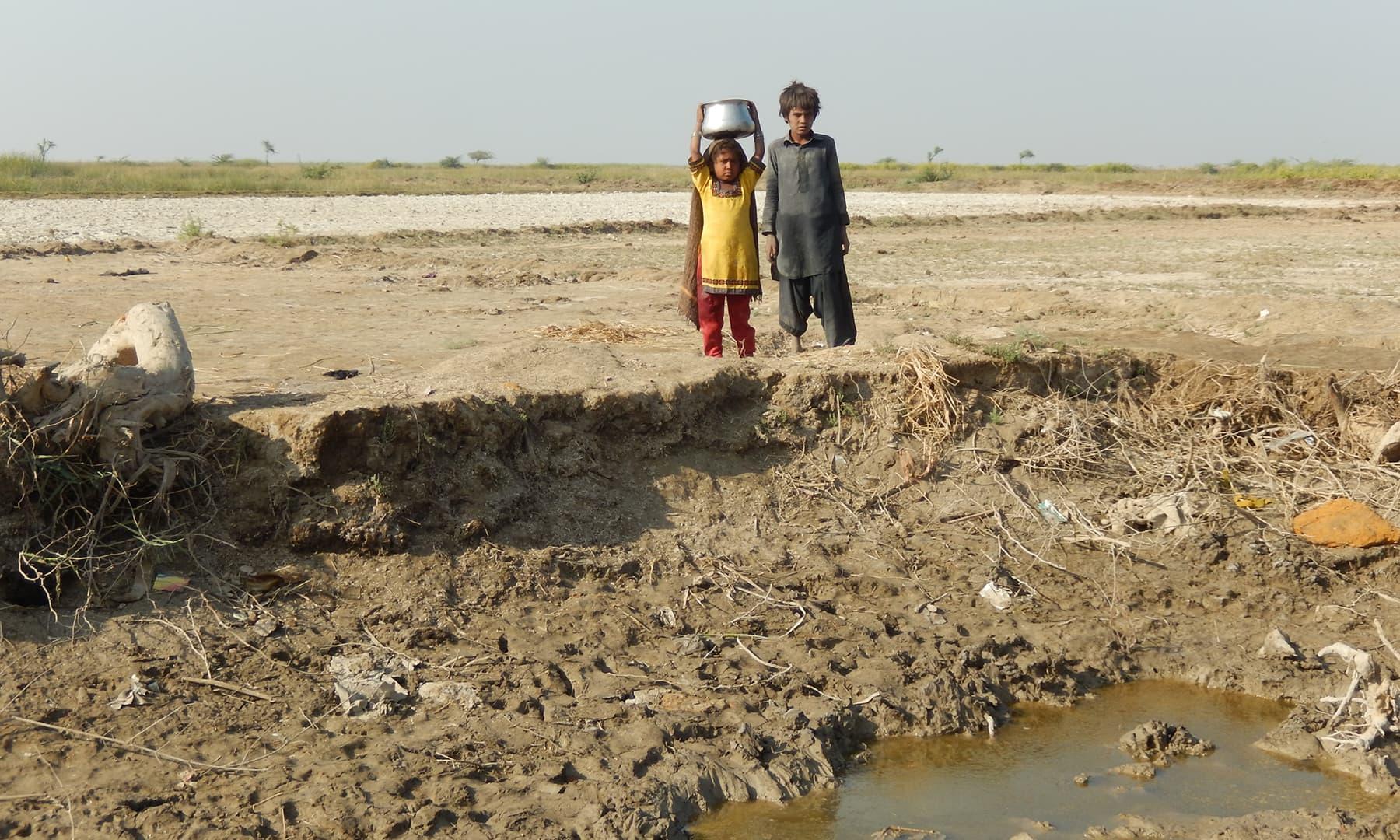 نہر کے آخری حصے میں بسا ایک گاؤں —تصویر ابوبکر شیخ
