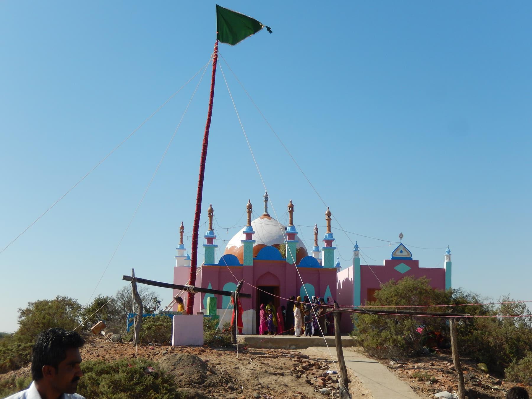 درگاہ کے اوپری کونے پر نصب جھنڈا—تصویر ابوبکر شیخ