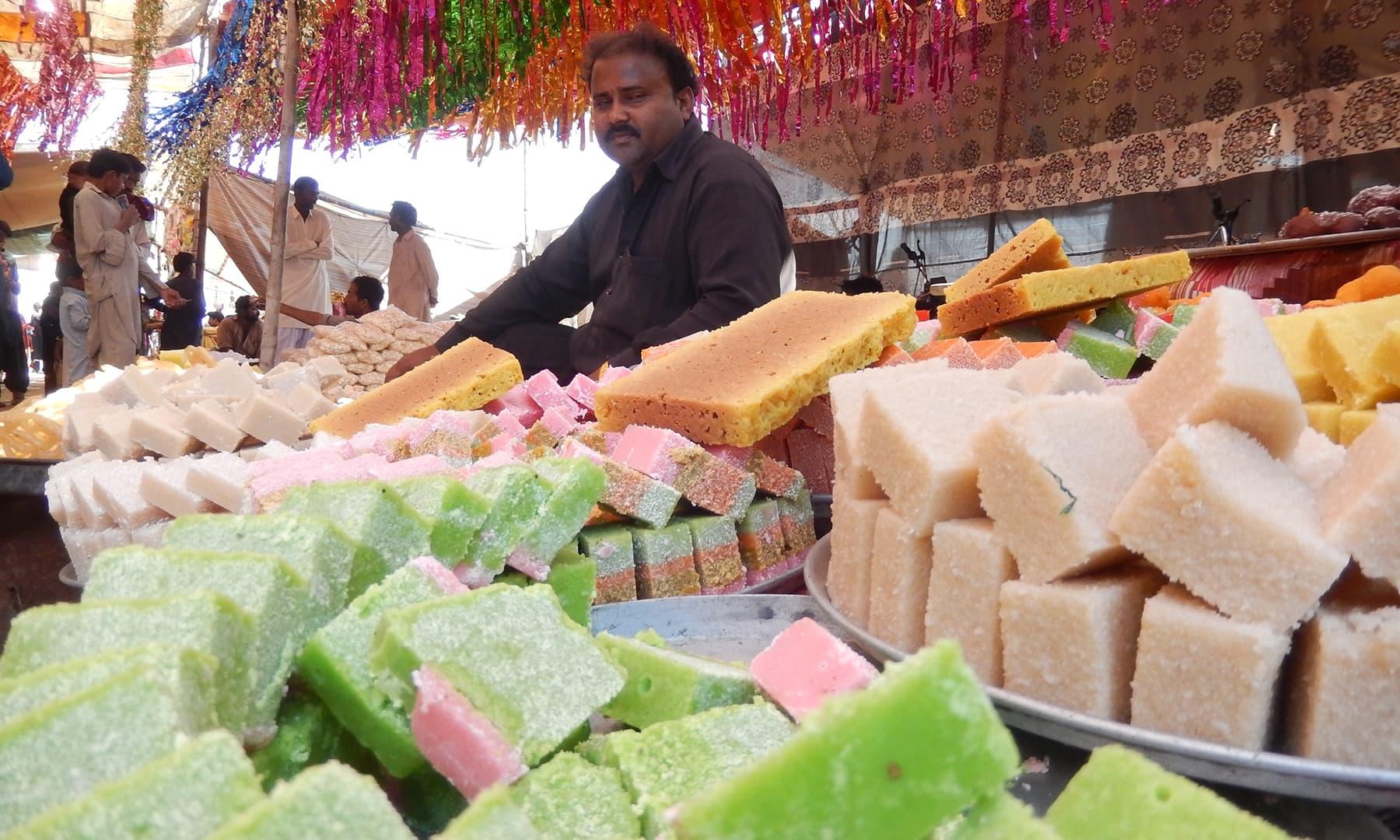 چند برس قبل لگنے والے میلے میں مٹھائی کی ایک دکان—تصویر ابوبکر شیخ