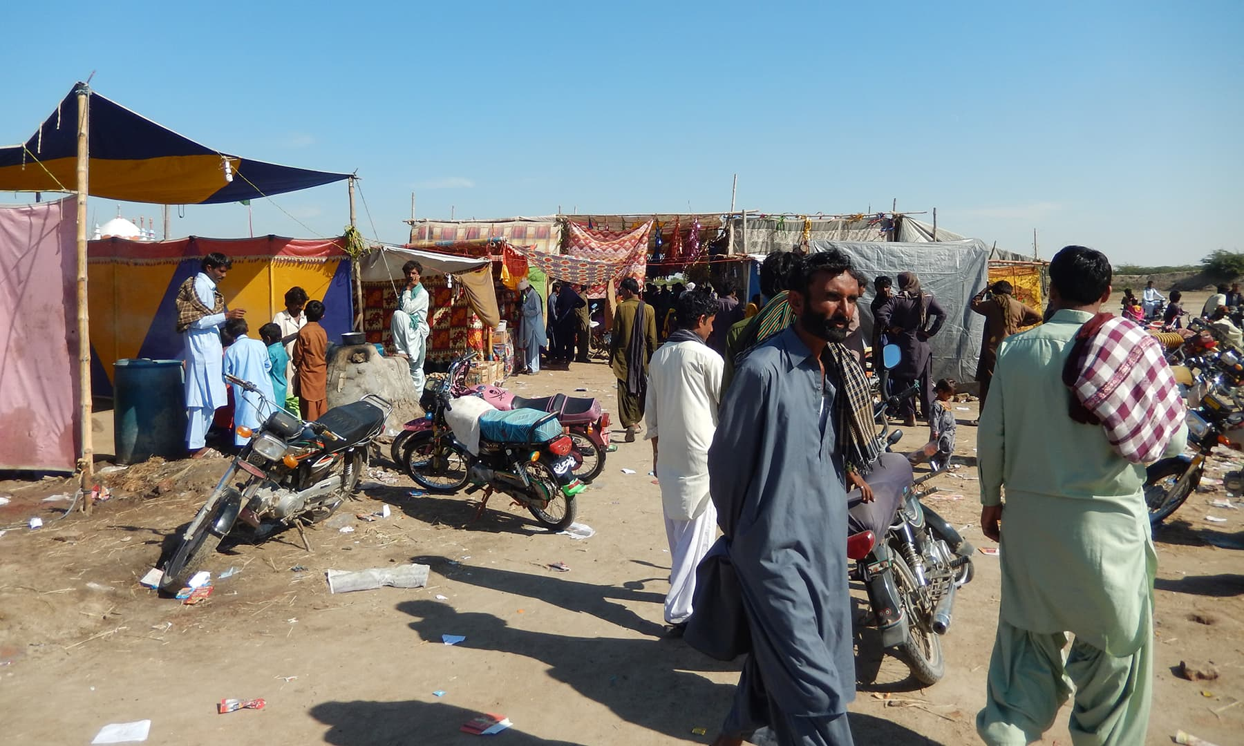 میلے کے چند دن گاؤں کے باسیوں کے لیے تفریح فراہم کرتے ہیں—تصویر ابوبکر شیخ