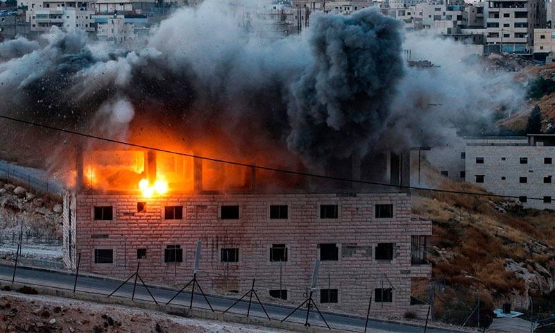 اسرائیل نے جنوبی یروشلم میں زیرتعمیر بلڈنگ کو تباہ خیز مواد لگا کرمسمار کیا—فوٹو: اے ایف پی