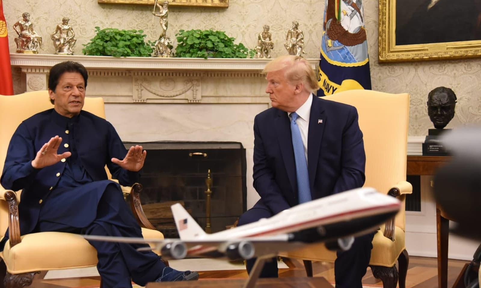 عمران خان اور ڈونلڈ ٹرمپ کے مابین دوطرفہ دلچسپی کے امور پر تبادلہ خیال ہوا—فوٹو: بشکریہ ٹوئٹر