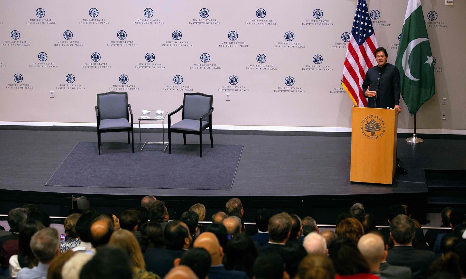 عمران خان نے امریکی تھینک ٹینک سے کہا کہ وہ طالبان کو افغان حکومت سے مذاکرات کیلئے آمادہ  کریں گے—فوٹو: اے ایف پی