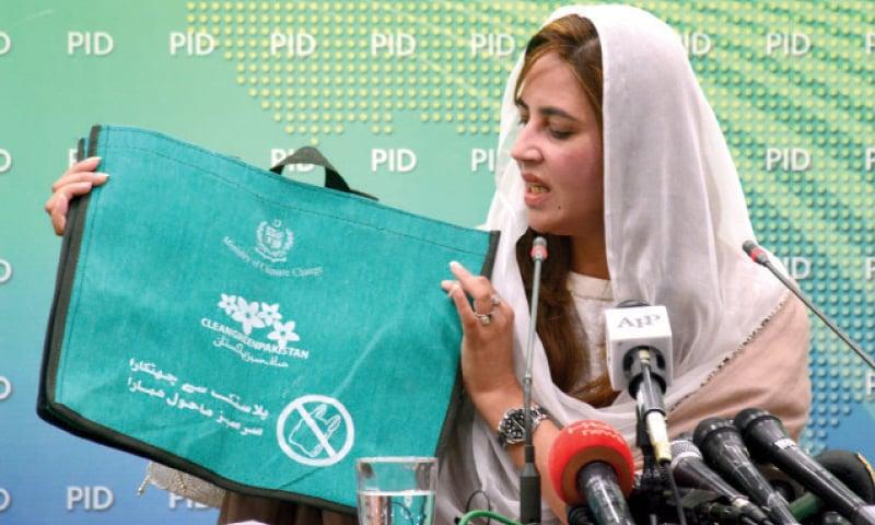 وفاقی وزیر مملکت زرتاج گل پریس کانفرنس میں پلاسٹک کے تھیلوں پر پابندی لگانے کا اعلان کررہی ہیں