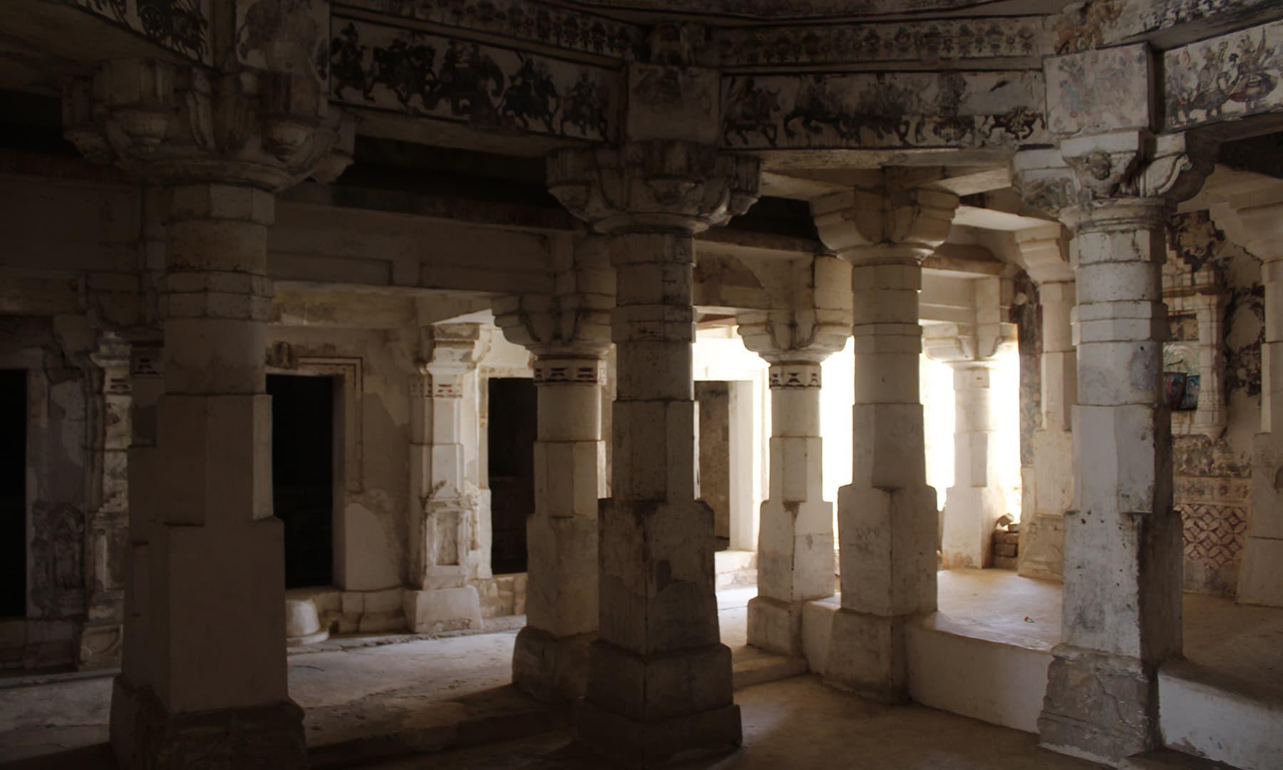 گوڑی مندر کا اندرونی حصہ—تصویر اختر حفیظ