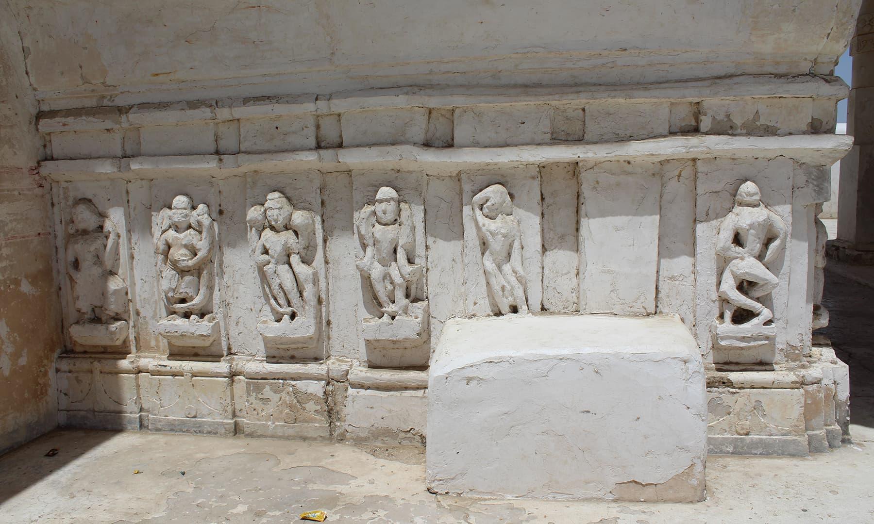 گوڑی مندر کی دیوار میں گڑی مورتیاں—تصویر اختر حفیظ