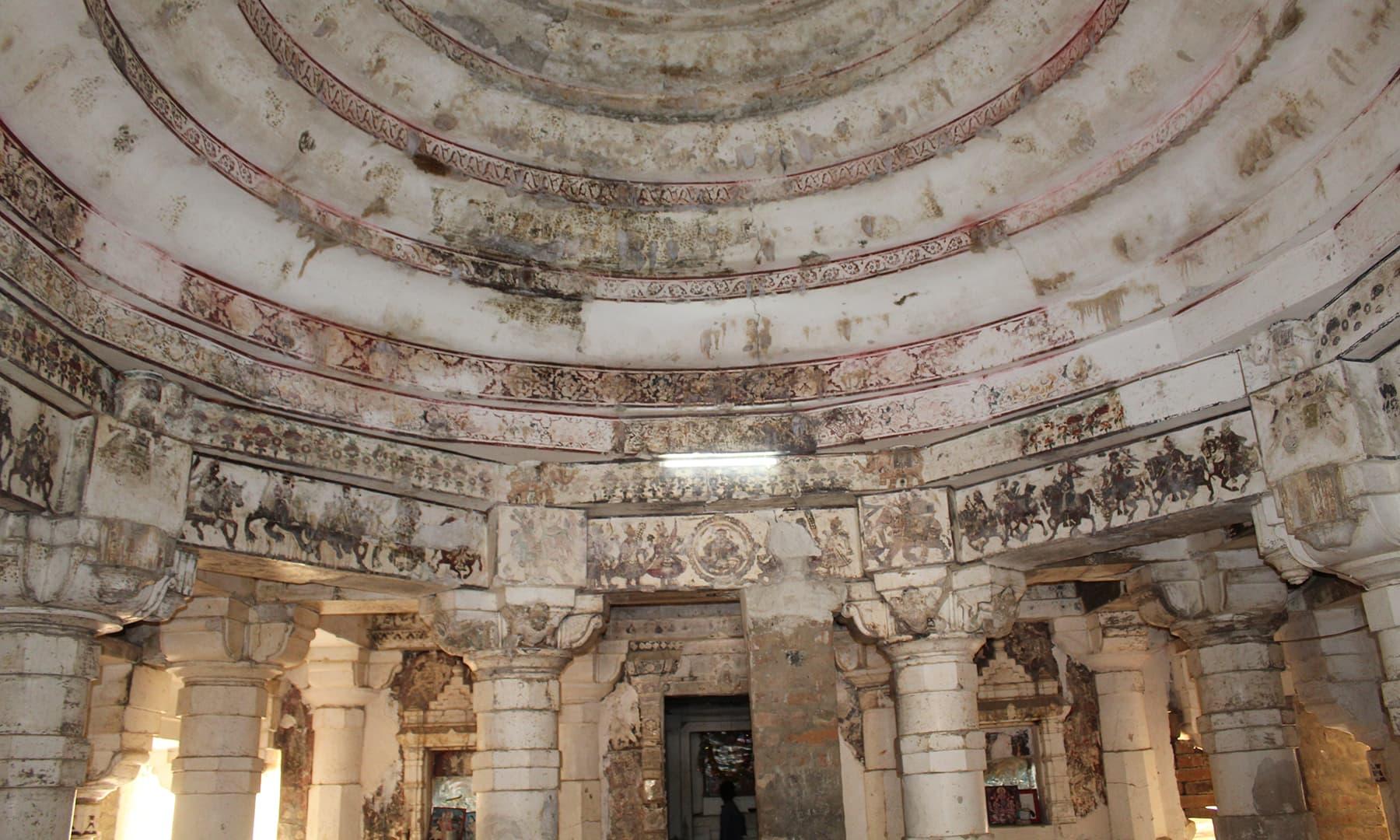گوڑی مندر کا اندرونی منظر—تصویر اختر حفیظ