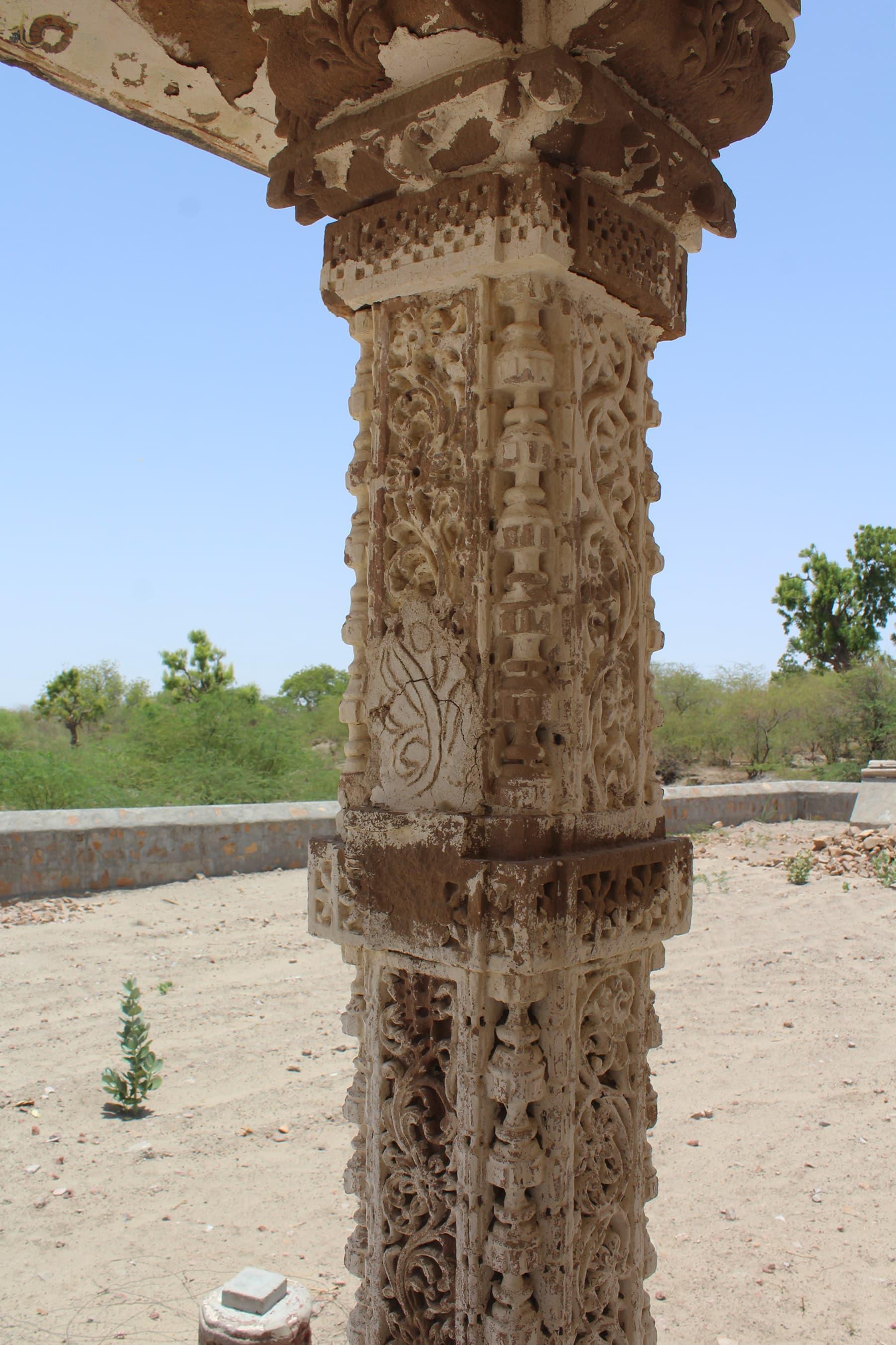 ویرا واہ مندر کا ایک ستون—تصویر اختر حفیظ