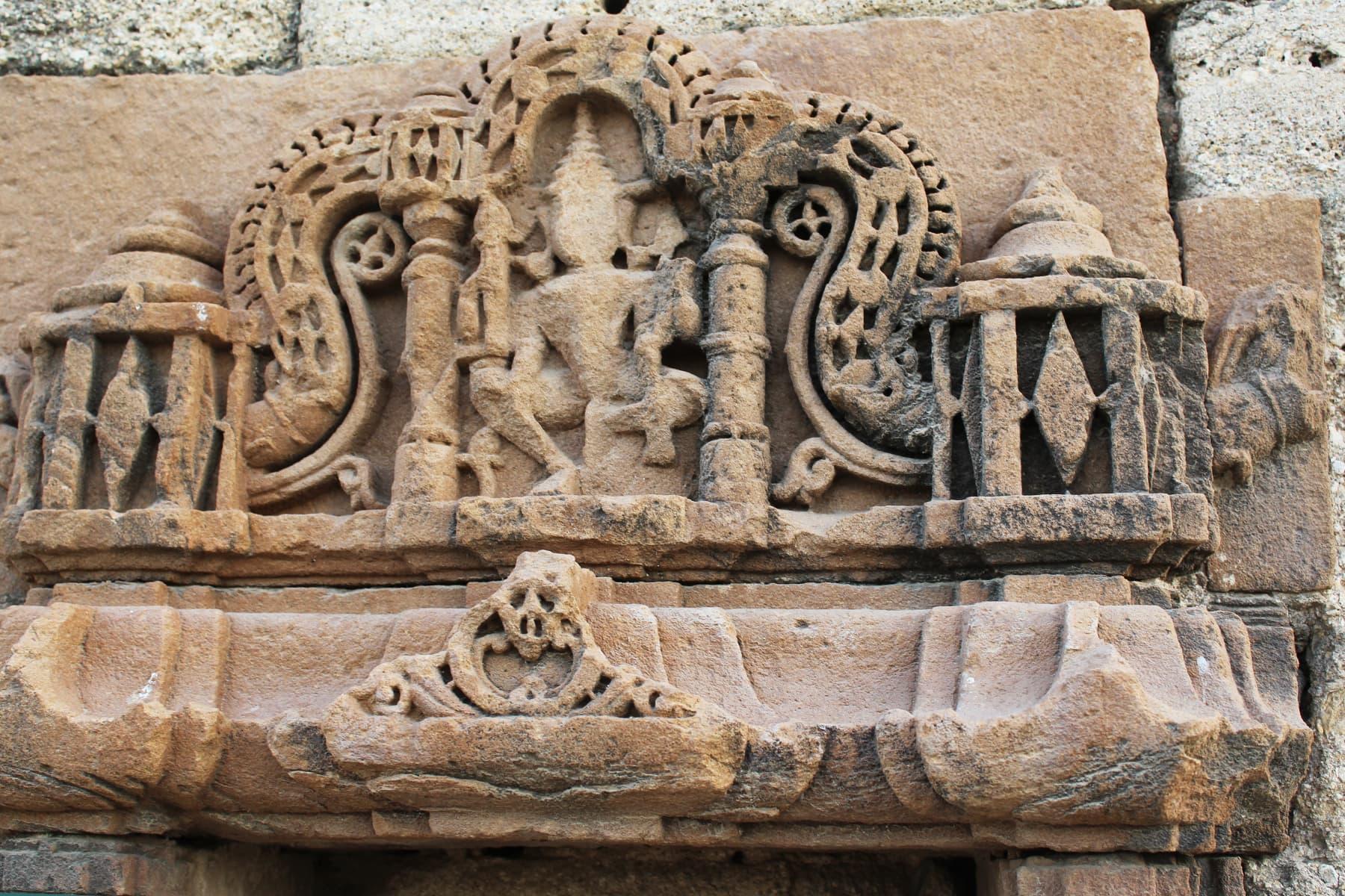 جین مندر میں سنگ تراشی کا خوبصورت نمونہ— تصویر اختر حفیظ