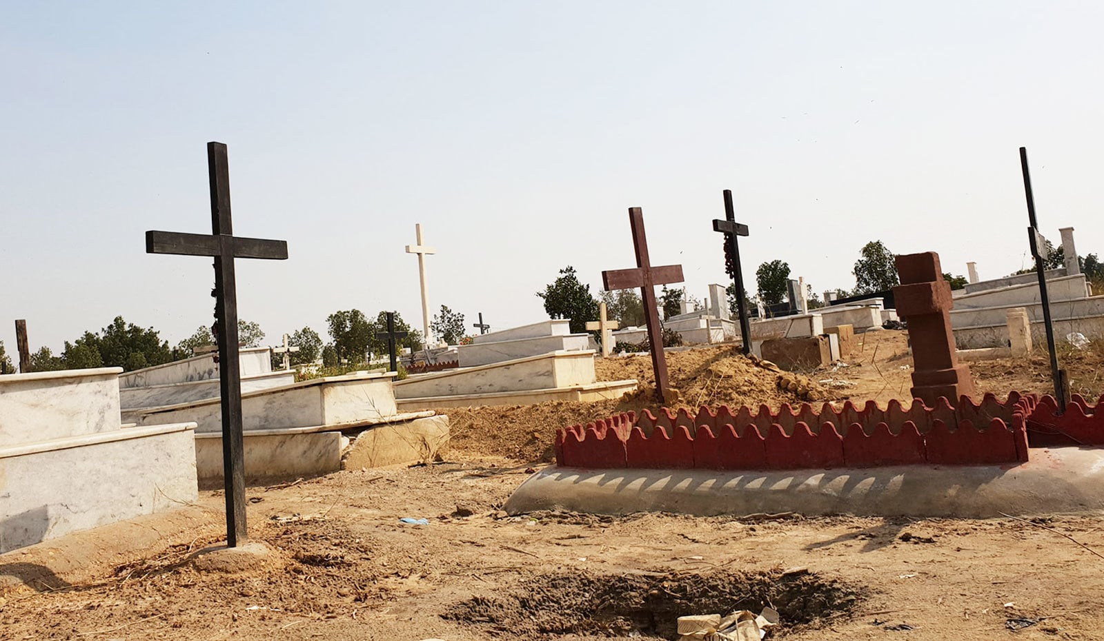 قبرستان کی قبروں پر کیا گیا کام اپنی مثال آپ ہے—تصاویر: وقار محمد خان