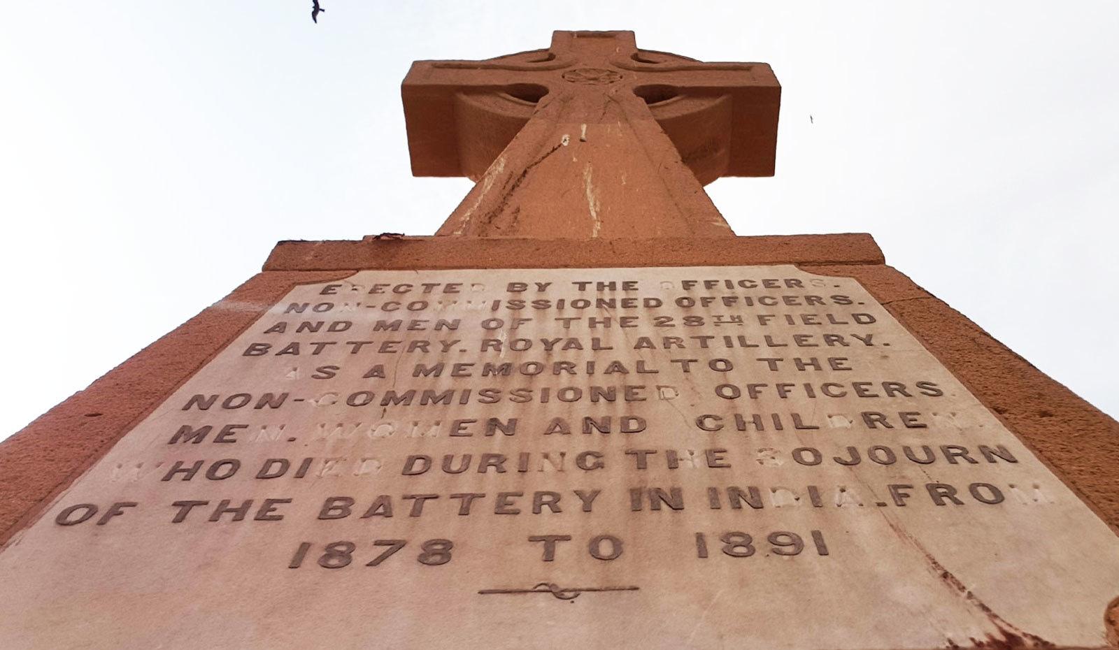 گورا قبرستان کی وہ قبریں جن پر تاریخیں درج ہیں—تصاویر: وقار محمد خان