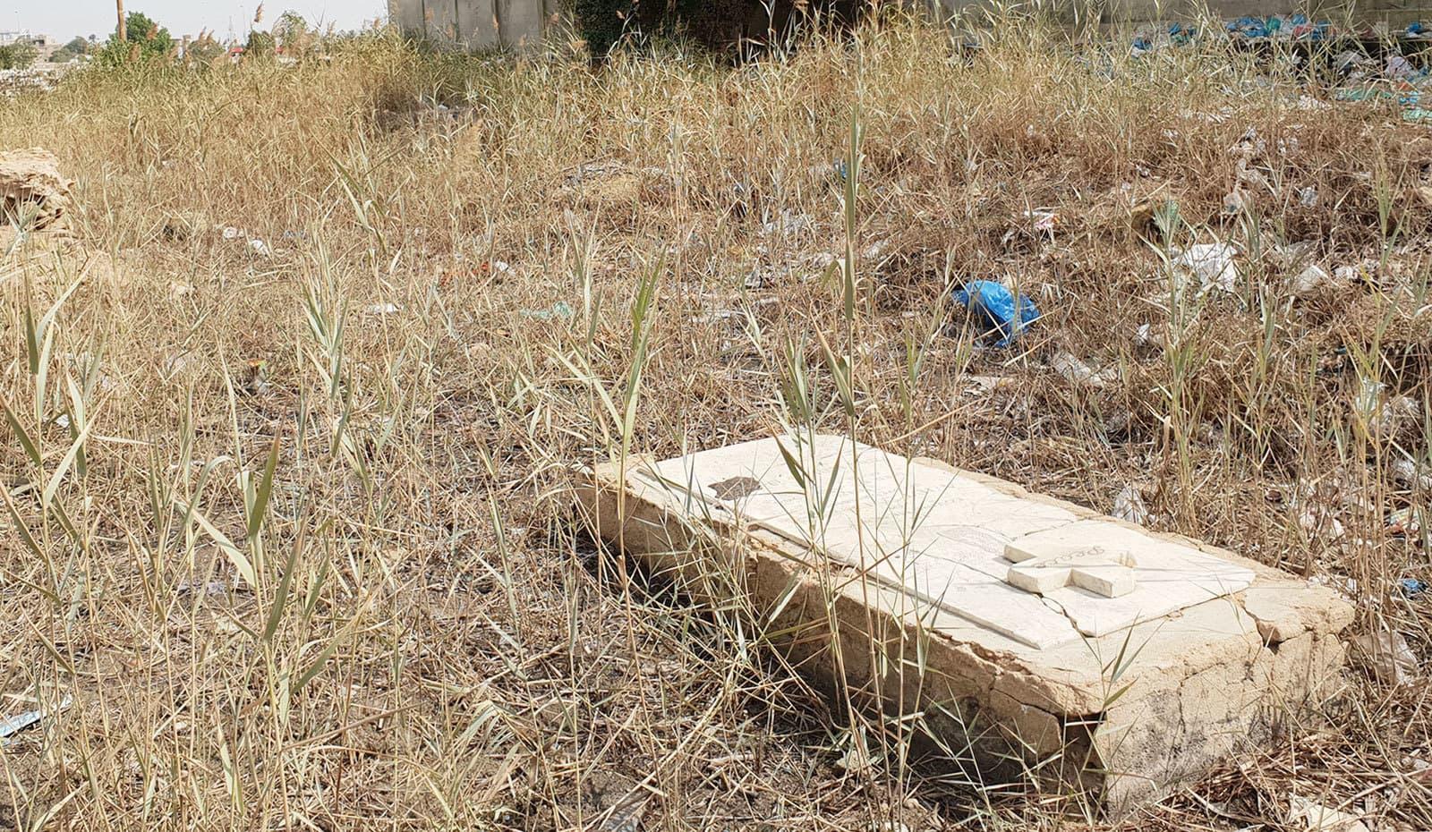 قبرستان کے ایک حصے میں بہت زیادہ کچرا موجود ہے—تصاویر: وقار محمد خان