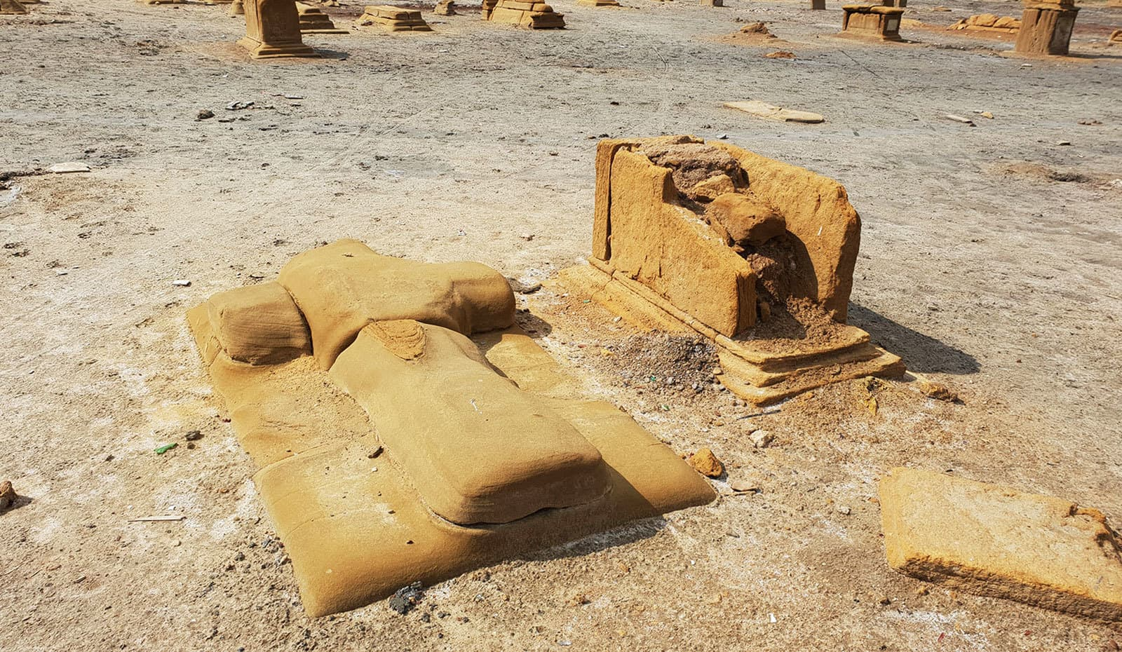 صدیوں پرانی درجنوں قبریں خستہ حالت میں موجود ہیں—تصاویر: وقار محمد خان