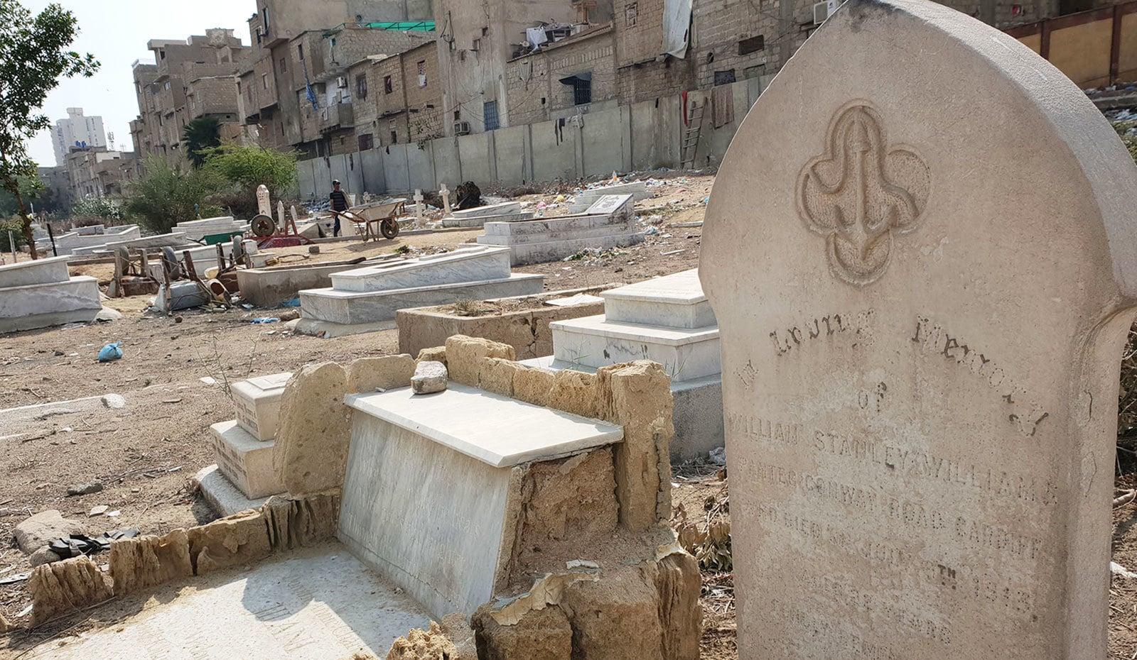 قبرستان کی کچھ زمین پر قبضہ بھی کیا جا چکا ہے—تصاویر:ؒ وقار محمد خان